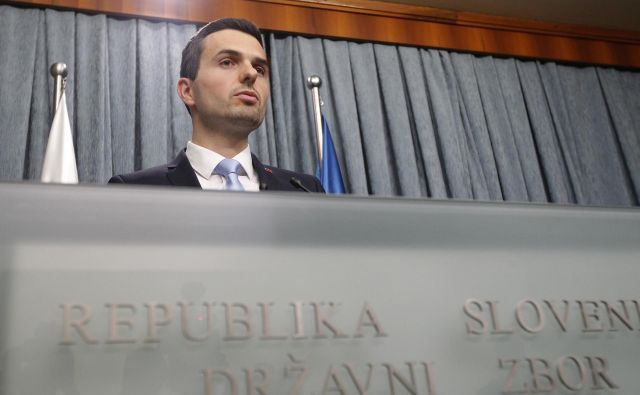 Predsednik Knovsa Matej Tonin vztraja, da je komisija, ki jo vodi, pristojna tudi za nadzor nad posamičnimi zaposlitvami v Sovi. FOTO: Mavric Pivk/Delo