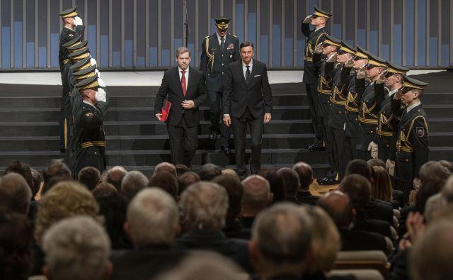 V Cankarjevem domu so počastili 100. obletnico ustanovitve ljubljanske univerze. Ob tej priložnosti ji je predsednik republike Borut Pahor podelil red za izredne zasluge, ki ga je sprejel rektor dr. Igor Papič. FOTO: Voranc Vogel/Delo