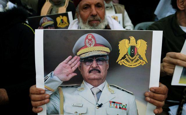 General Halifa Haftar se pogaja z vsemi vpletenimi stranmi in je, kot se reče, »prisoten na trgu«. FOTO: Reuters