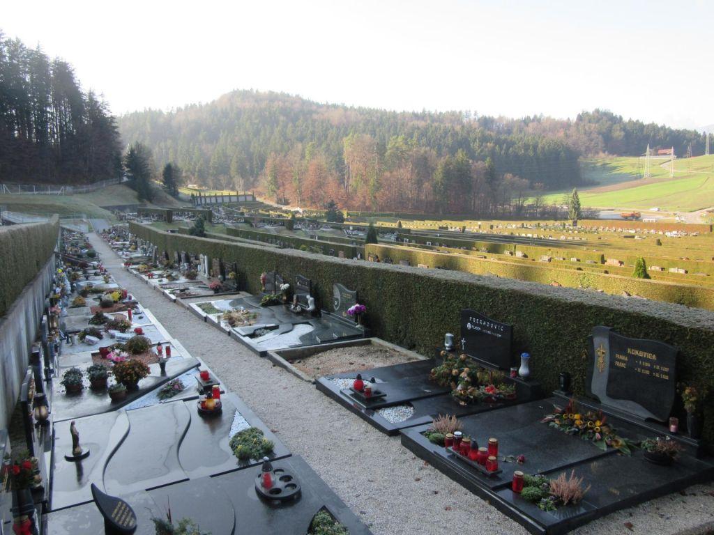 Hitra cesta izrinila širitev pokopališča