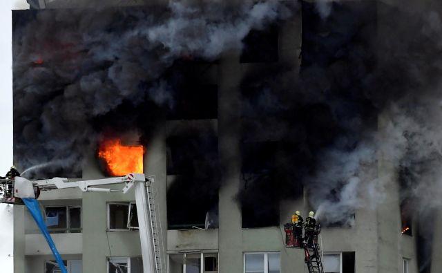 Po eksploziji je stolpnico zajel požar.FOTO: Stringer Reuters