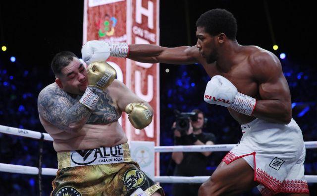 Britanski boksarski zvezdnik Anthony Joshua (desno) se je oddolžil ameriškemu Mehičanu Andyju Ruizu za senzacionalni poraz izpred pol leta v New Yorku. FOTO: Reuters