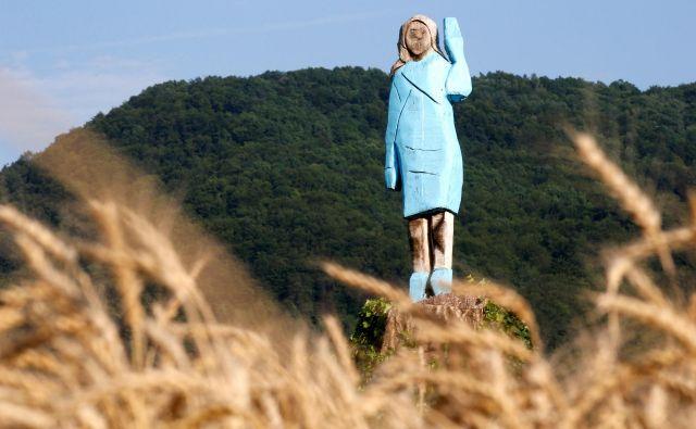 »Zmagovalni« posnetek ogromnega lesenega kipa ameriške prve dame.FOTO: Borut Živulovič/Reuters