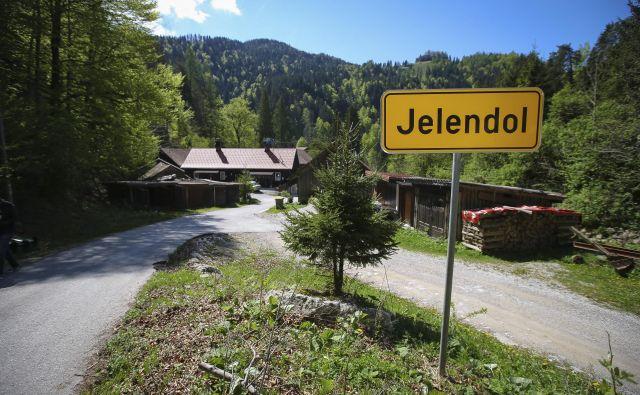 Jelendol je bil začasno povsem odrezan od sveta. FOTO: Jože Suhadolnik/Delo