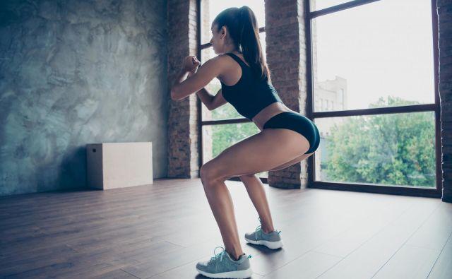 Počep spada med funkcionalne vaje, ker krepi in trenira mišice, ki so odgovorne, da se lahko usedemo in vstanemo ali pa poberemo predmet s tal. Foto: Shutterstock