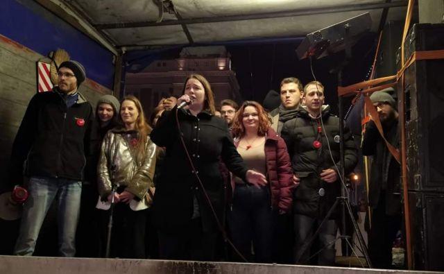 Vodstvo protestov se je obrnilo k protestnikom sinoči najprej s kamiona pred Filozofsko fakulteto. FOTO: FB stran gibanja »1 od 5 milijonov«.
