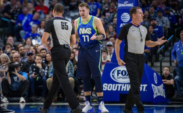 Luka Dončić se je v finišu dvoboja s Sacramentom komajda ognil izključitvi. FOTO: USA Today Sports