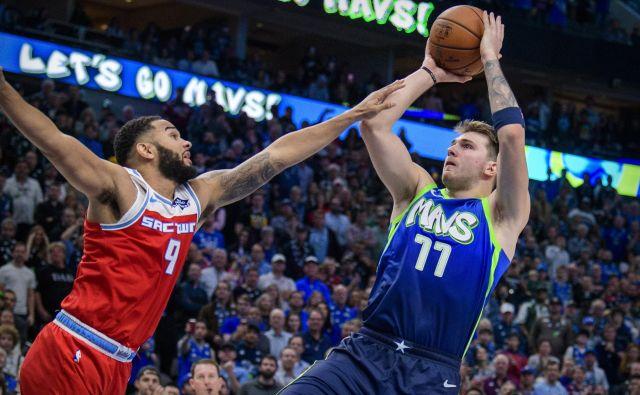Prekršek ali ne? Pri zadnjem metu Luke Dončića se je Sacramentov branilec Cory Joseph dotaknil roke Dallasovega zvezdnika. FOTO: USA Today Sports