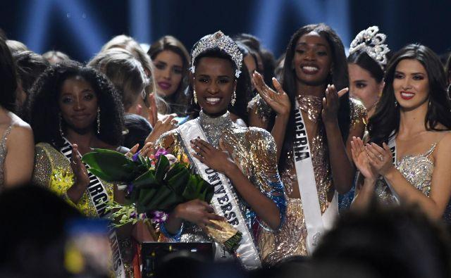 Južnoafričanka Zozibini Tunzi je postala miss Universe 2019. Lepotno tekmovanje je potekalo v ameriški zvezni državi Georgia, dogodek pa je že petič zapored povezoval komik Steve Harvey, ki je, podobno kot v preteklosti, znova storil lapsus pri razglasitvi ene od tekmovalk in sprožil val mešanih odzivov na družbenih omrežjih. FOTO: Valerie Macon/Afp
