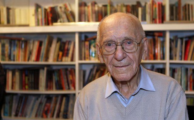 Zdenko Roter je pri dobrih 93 letih objavil zadnjo knjigo trilogije, osebnoizpovedne pripovedi o medvojnem in povojnem dogajanju, z naslovom <em>Usodne prevare poražencev in zmagovalcev</em>. FOTO: Blaž Samec/Delo
