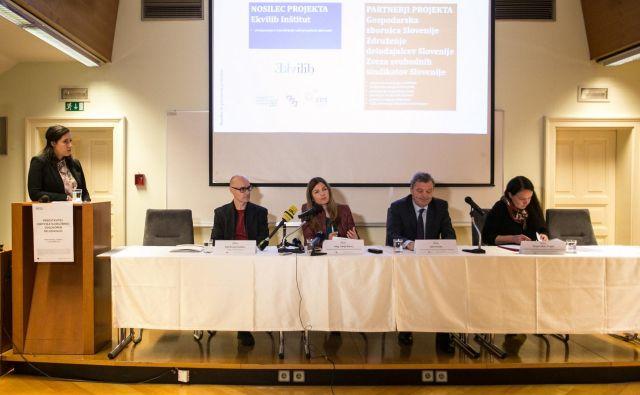 Eden od ciljev je povečati ozaveščenost poslovne in tudi širše javnosti o pomenu družbene odgovornosti, so poudarili partnerji projekta Družbeno odgovoren delodajalec (z leve: Aleš Kranjc Kušlan, Sonja Šmuc, Jože Smole, Sanja Leban Trojar). Foto Katja Kodba, Ekvilib
