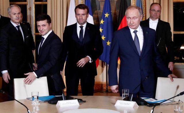 Ukrajinski predsednik Volodimir Zelenski in ruski voditelj Vladimir Putin sta se v Parizu kot gosta francoskega predsednika Emmanuela Macrona prvič srečala iz oči v oči. Foto: Reuters