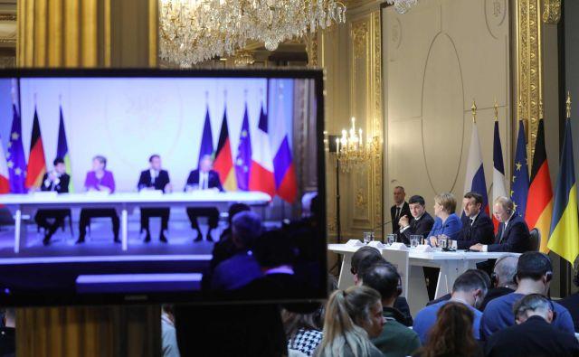 Ukrajinski predsednik Volodimir Zelenski, nemška kanclerka Angela Merkel, francoski predsednik Emmanuel Macron in ruski predsednik Vladimir Putin med novinarsko konferenco po koncu včerajšnjega vrha v Parizu. Foto: Afp