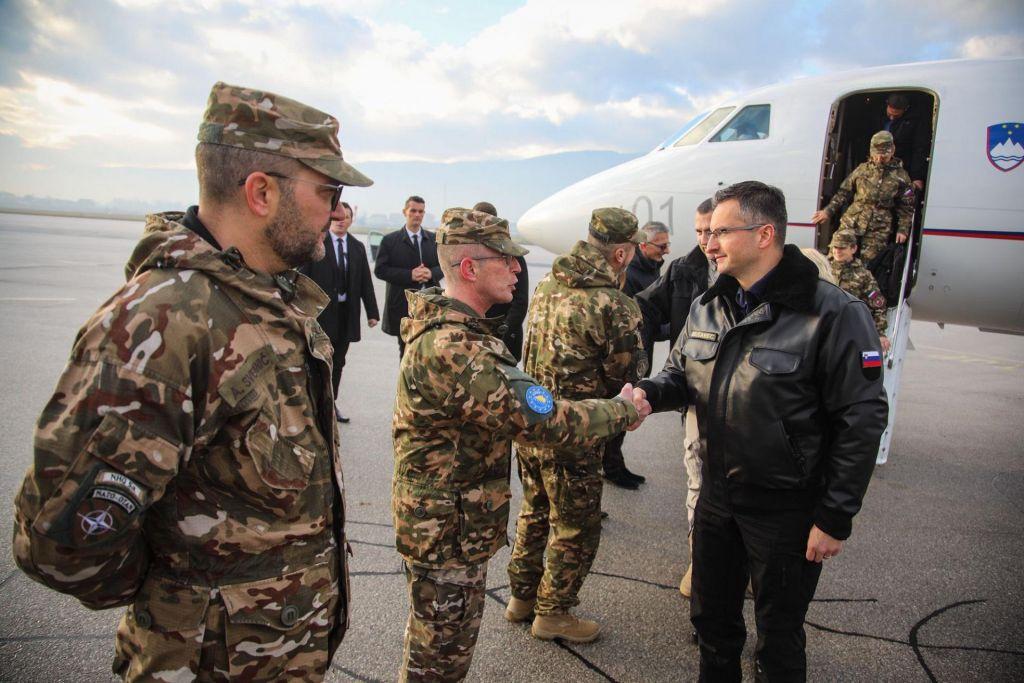 Premier pri slovenskih vojakih v BiH, begunce selijo iz Vučjaka