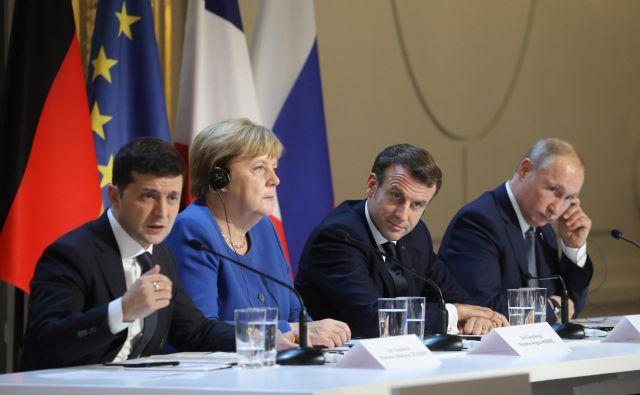 Ukrajinski predsednik Volodimir Zelenski (levo) je na skupni novinarski konfenci povedal, da je pričakoval več od vrha, ki ga je v Parizu gostil Emmanuel Macron. Foto: AFP