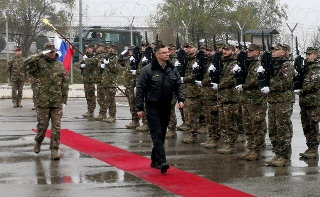 Premier Šarec je tik pred prazniki in pred 20-letnico slovenskega delovanja v mednarodni misiji na Kosovu tam obiskal slovenske vojake. FOTO: Novica Mihajlović