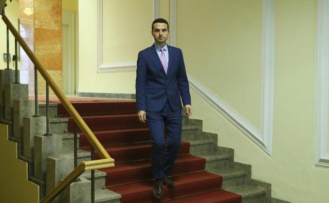 Predsednik komisije Matej Tonin se je po seji novinarjem izognil in državni zbor zapustil skozi jedilnico in nato stranski izhod. FOTO: Jo�že Suhadolnik/Delo