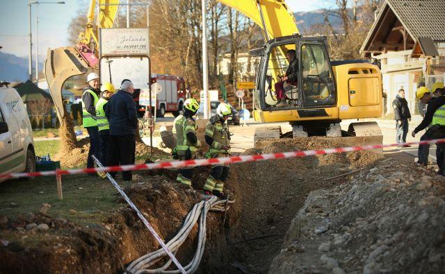 Puščanje plina v vasi Orehovlje. FOTO: Jure Eržen/Delo