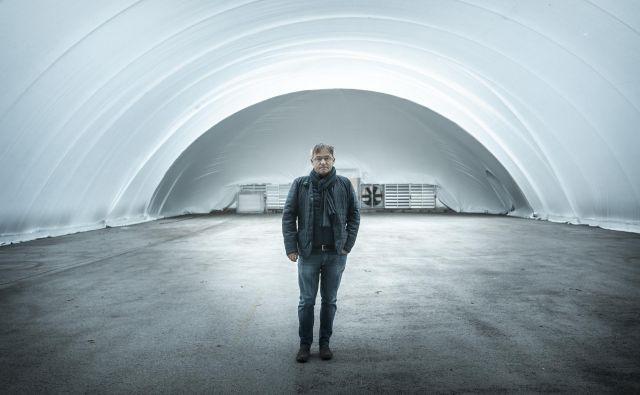 Dušan Olaj v šotoru, ki je danes že na poti v ZDA. FOTO: Voranc Vogel/Delo
