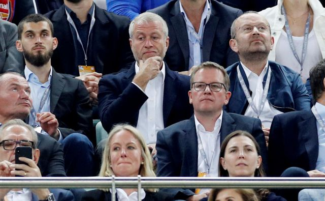 Roman Abramovič (v sredini) že poldrugo leto ni bil v Londonu in svoj Chelsea lahko spremlja le zunaj Združenega kraljestva. Nazadnje je bil na finalni tekmi evropske lige v Bakuju, kjer je Chelsea premagal Arsenala. FOTO: Reuters
