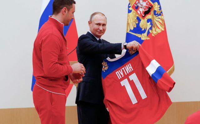Pred odhodom na OI 2018 je Ilja Kovaljčuk, zdaj soigralec Anžeta Kopitarja v Los Angelesu, ruskemu predsedniku Vladimirju Putinu, podaril reprezentančni dres. Foto AFP