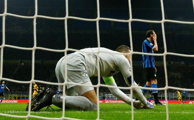 Za Inter in slovenskega vratarja Samirja Handanovića, ki ni mogel preprečiti poraza, je bila tudi rezervna Barcelona premočan tekmec. FOTO: Reuters