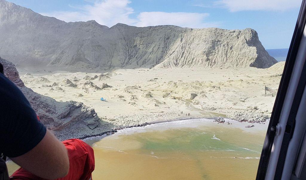 FOTO:Število smrtnih žrtev po izbruhu vulkana naraslo na 14, policisti začeli preiskavo