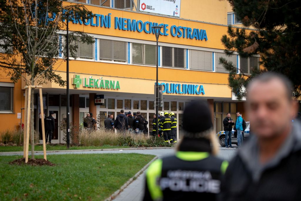 V streljanju v bolnišnici v Ostravi umrlo šest ljudi, storilec si je menda sodil sam