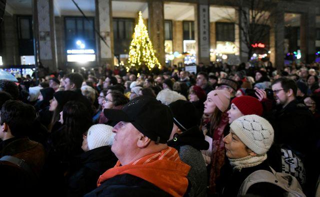 V ponedeljek se je proti predlogu zakona na protestih v Budimpešti zbralo več tisoč ljudi. FOTO: Tamas Kaszas/Reuters