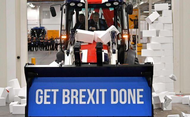 Britanski premier in vodja konzervativne stranke Boris Johnson je v okviru predvolilne kampanje obiskal gradbeno podjetje JCB v Staffordshiru. Velika Britanija bo jutri 12. decembra izvedla splošne predbožične volitve. FOTO: Ben Stansall/Afp<br />