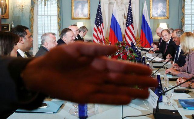 Ameriški državni sekretar Mike Pompeo in ruski zunanji minister Sergej Lavrov sta se skupaj s svojima delegacijama sestala v State Departmentu v Washingtonu. FOTO: Jonathan Ernst/Reuters<br />