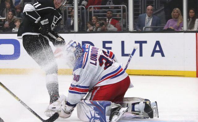 Anže Kopitar je ustrelil mimo vratarja New Yorka Henrika Lundqvista, a plošček ni zadel mreže. FOTO: AFP