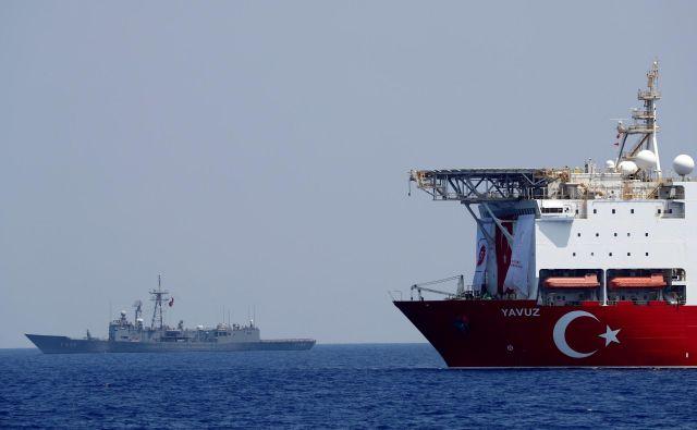 Turška vrtalna ladja Yavuz v spremstvu turške mornariške fregate avgusta letos med plovbo v bližini Cipra. Poleg nje je v ciprskih ozemeljskih vodah trenutno še ena turška vrtalna ladja – Fatih. FOTO: Reuters