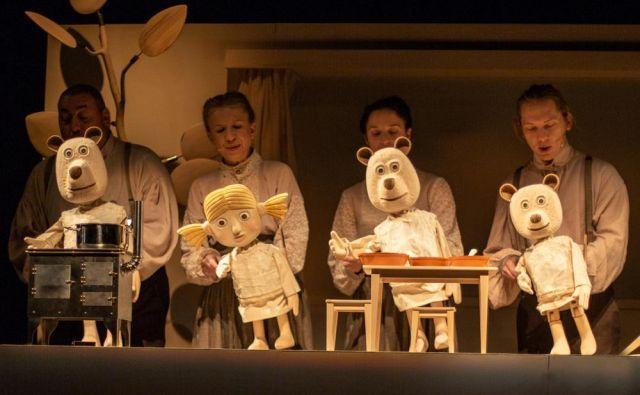Scena umešča dogajanje na različne nivoje, od klasičnih marionet in zgolj senčnih animacij do sobivanja lutk in protagonistov na odru.<br /> Foto Boštjan Lah
