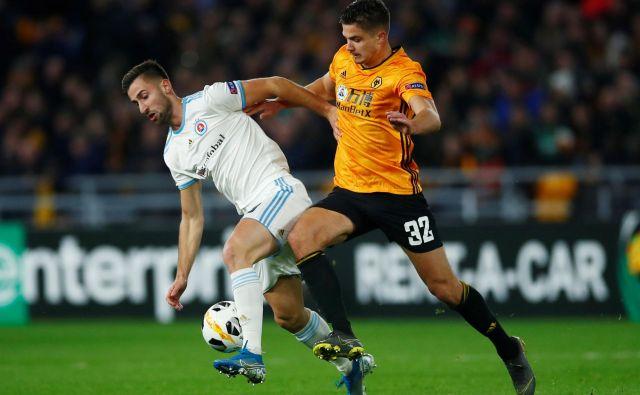 Andraž Šporar (levo) bi z golom proti Bragi še okrepil svoje delnice na evropskem tržišču. Med drugim ima ponudbe tudi iz Anglije, kjer je s Slovanom gostoval pri Wolverhamptonu. FOTO: Reuters