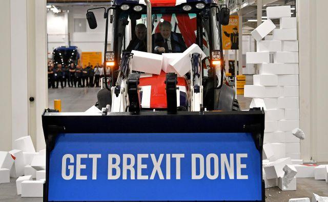 Boris Johnson je za volanom buldožerja še enkrat opozoril volivce na pomen tokratnih volitev. Mu bodo ti namenili parlamentarno večino, ki si jo tako želi? Foto: Reuters