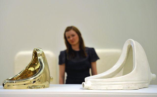 Duchamp je keramični pisoar položil na podstavek, kakršne pač imajo kipi, in vse skupaj duhovito poimenoval <em>Fontana</em>. FOTO:Toby Melville/Reuters