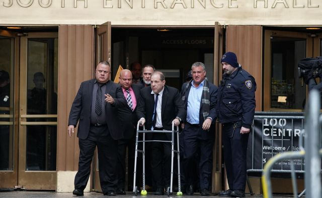 Weinsteinove žrtve sumijo, da na sodišče nalašč prihaja s hoduljo ter bledega, postaranega videza. Foto AFP