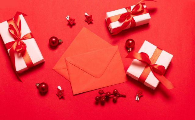 V rdečih ovojnicah so bili zneski bonusov, ki so jih zaposleni dobili glede na število let dela v omenjenem podjetju. FOTO: Shutterstock