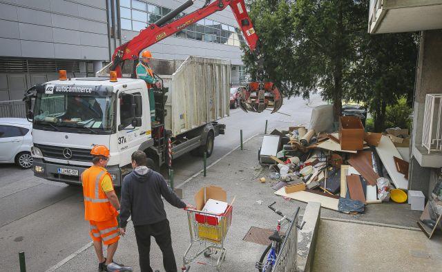 Kupi odpadnega kosovnega materiala tudi pozimi niso nič manjši. FOTO: Jože Suhadolnik/Delo