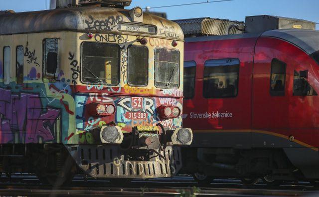 Slovenske železnice še vedno vozijo tudi z ostarelimi poljskimi gomulkami in desiroji, ki so iz Siemensa na slovenske tire prišli v devetdesetih letih prejšnjega tisočletja. FOTO: Jože Suhadolnik/Delo