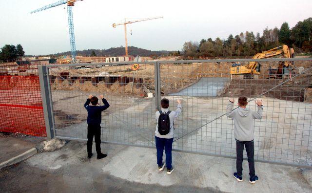 Trenutno največjo stanovanjsko sosesko Novo Brdo je republiški sklad začel graditi oktobra, dokončali naj bi jo leta 2021. FOTO: Roman Šipić/Delo