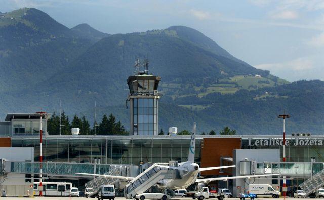 Poročali smo, da se tuji letalski prevozniki s poletnim voznim redom krepijo povezavo v Ljubljano in da še ne bo jutranjega leta v Bruselj. FOTO: Blaž Samec/Delo<br />