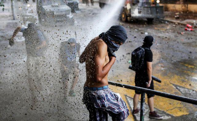Protesti so zahtevali 26 življenj, najmanj štiri od njih je Urad ZN za človekove pravice označil za »nezakonite«. FOTO: Pablo Sanhueza/Reuters