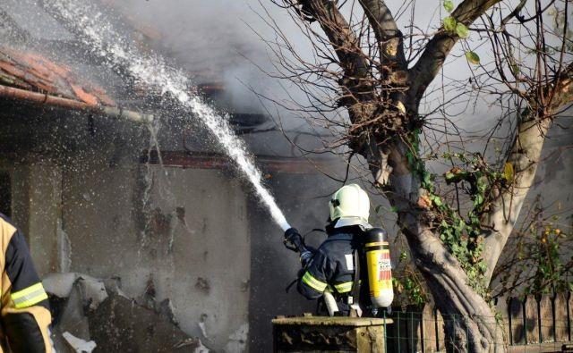 V decembru se število požarov povečuje, skoraj vsak dan zagori kakšna hiša in druga bivalna in nebivalna poslopja. Foto Oste Bakal