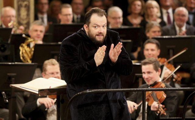 Latvijski dirigent Andris Nelsons med dirigiranjem novoletnega koncerta. FOTO: Ronald Zak/Ap