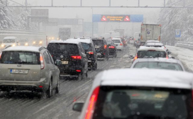 Prvi sneg prinese vse kaj drugega kot radost desettisočem voznikom na cestah. FOTO: Mavric Pivk