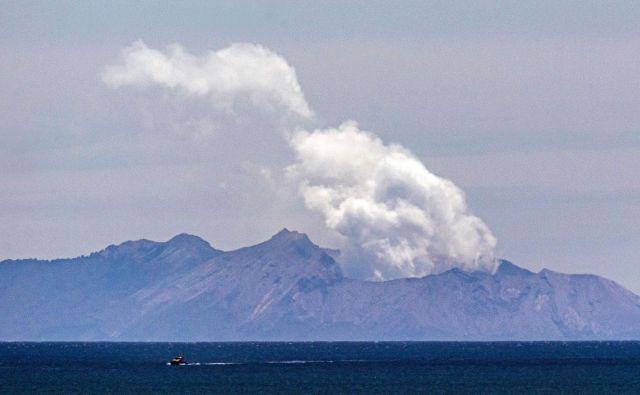 V času izbruha je bilo na Belem otoku ali v njegovi neposredni bližini najmanj 48 ljudi. FOTO: Marty Melville/AFP