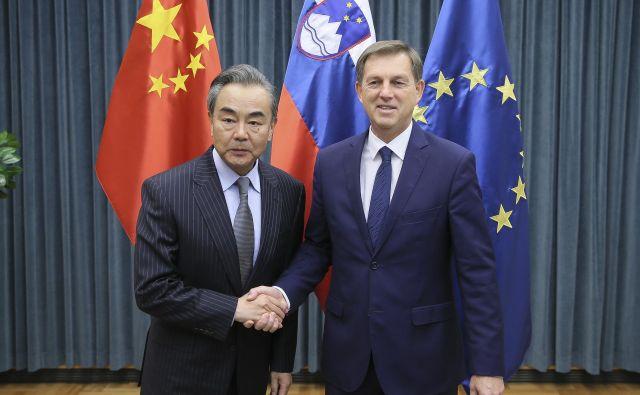Kitajski zunanji minister Wang Yi in slovenski zunanji minister Miro Cerar. FOTO: Jože Suhadolnik/Delo