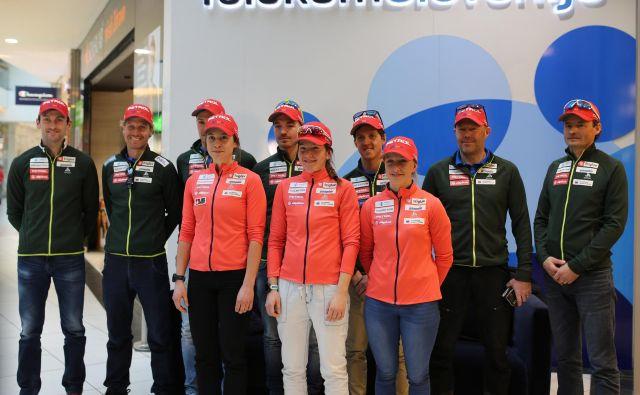 Biatlonke (Polona Klemenčič desno v oranžni bundi, Lea Einfalt v sredini) so zelo spodbudno opravile s štafetno preizkušnjo v Avstriji. FOTO: Tomi Lombar/Delo
